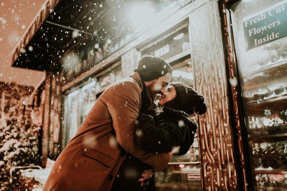 Leuke date - samen in de sneeuw wandelen