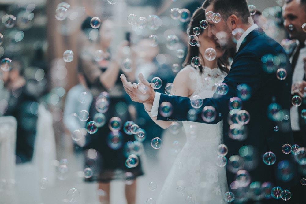 Coronaregels: mag je nou wel of niet dansen op je bruiloft?