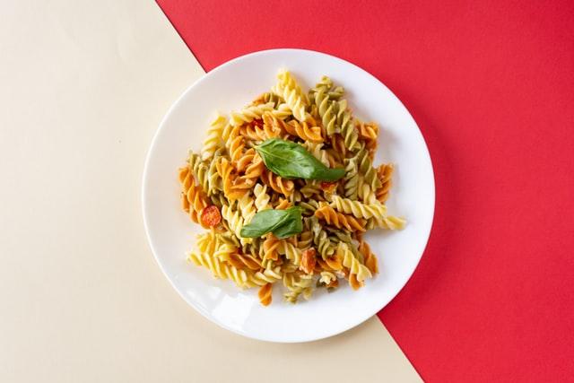 vegetarische gerechten: tomaat-mozzarella pasta salade